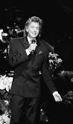 Barry Manilow , Johnny Carson Show , 1990 . Johnny Carson, Barry Manilow, To My Parents, Gives Me Hope, Music Icon, Black And White Pictures, Favorite Person, I Love Him, My Idol