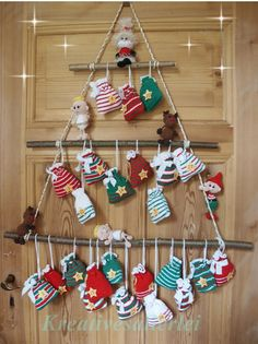 Über diesen Weihnachtskalender freuen sich nicht nur die Kleinen, sondern auch die Großen. Die Adventszeit wird gleich noch viel schöner. In der Anleitung sind beschrieben wie du die Engel, Weihnachtsmann, Wichtel, Rentier und die Säckchen häkelst, w