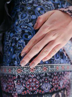 柔和的裸粉與大地色調,形成一股無盡浪漫的慵懶氛圍。預告著CLOVER CANYON 2015秋冬新品的優雅起步。