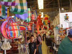 TURISMO EN CIUDAD JUÁREZ Te platica sobre el Mercado Juárez que se ubica en la calle 16 de Septiembre, es hoy un lugar silencioso. El ruido empezó a apagarse conforme los clientes desaparecieron, pero los locatarios aún recuerdan con nostalgia a los visitantes estadounidenses, indios e incluso chinos que acudían a comprar artesanías y joyería al mayoreo y disfrutaban los antojitos y comida mexicana que se ofrecía en los locales. www.turismoenchihuahua.com