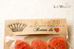AVISO: Este es un post antiguo, fijaos en la fecha, para poder ver los regalos personalizados de catálogo visita este link aquí .      ... Lola Wonderful, Food Box Packaging, Party In A Box, Recipe Box, Presents, Gifts, Party Ideas, Candy, Logo