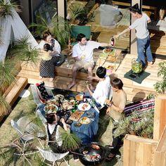アメリカンライフスタイルの提案を軸に洋服、雑貨、インテリアなどを展開するアパレルブランド、FREAK'S STOREとのコラボレーション商品。庭を囲むウッドデッキや、カフェ風の対面キッチンなど、家族、仲間とのつながりをテーマにした規格住宅。 Japan House Design, Japanese Modern House, Interior Sketch, Anime Scenery, House Layouts, Cafe Design, Home Deco, Outdoor Living, Backyard