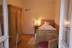Ein #Bett, ein #Tisch, ein #Stuhl, ein #Schrank aus Fichtenholz und ein gemütlicher Sessel mehr braucht es nicht, um einen einzigartigen #Urlaub für Körper, Geist und #Seele in #Bayern zu genießen. Die Kammerl im Tannerhof sind freundliche, kleine #Zimmer in der Neuen Tann.