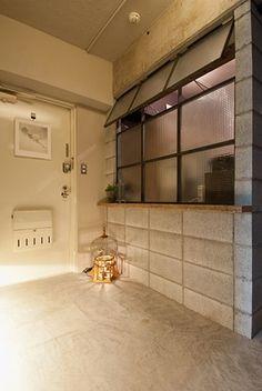 <p>スチール窓とコンクリートブロックで作った間仕切り。家の中に小屋があるみたい。</p>