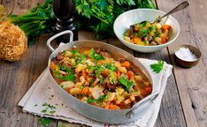 Verdens beste lapskaus Kung Pao Chicken, Salsa, Curry, Ethnic Recipes, Soups, Herbs, Curries, Soup, Salsa Music