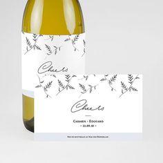 Marquez les esprits avec cette magnifique étiquette bouteille autocollante entièrement personnalisable  #mariage #mariagechampêtre #décorationmariage #étiquettebouteille