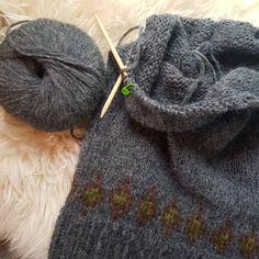 """4 likerklikk, 0 kommentarer – Kaja Kværner (@kajaelisabeth) på Instagram: """"#villmarksgenseren på pinnene, strikkes i #vikinggarn #bris 😍"""" Knitted Hats, Knitting, Projects, Fashion, Threading, Log Projects, Moda, Blue Prints, Tricot"""