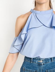 NYC street style during DYFW: cold-shoulder and one-shoulder tops(Off The Shoulder Top Street Style) Top Street Style, Street Style Trends, Look Fashion, Fashion Outfits, Fashion Trends, Looks Style, My Style, Perfect Jeans, Trendy Tops