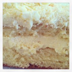 BOLO DE LEITE NINHO Como prometido no instagram, aí está a receita do bolo de leite ninho. Massa Pão de Ló 5 ovos (claras e gemas separadas) 1 copo de leite 1 colher de manteiga 2 xícaras de açucar 2 xícaras de farinha 1 colher de sopa de pó royal Preparo da massa: Ferver o leite junto com a manteiga. Bata claras em neve e reserve. Bata as gemas e o açúcar até formar um creme. Acrescentar a farinha e misturar com uma espátula. Despejar o leite e bater. Acrescentar o pó royal e colocar pra