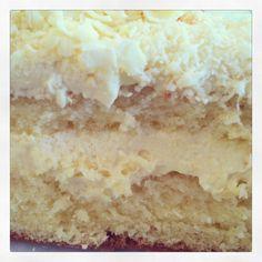 BOLO DE LEITE NINHO Como prometido no instagram, aí está a receita do bolo de leite ninho.     Massa Pão de Ló  5 ovos (claras e gemas separadas) 1 copo de leite 1 colher de manteiga 2 xícaras de açucar 2 xícaras de farinha 1 colher de sopa de pó royal Preparo da massa:  Ferver o leite junto com a manteiga. Bata claras em neve e reserve.  Bata as gemas e o açúcar até formar um creme. Acrescentar a farinha e misturar com uma espátula. Despejar o leite e bater. Acrescentar o pó royal e colocar…