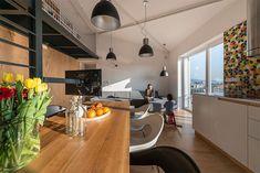 sala e cozinha. Loft de madeira com detalhes em pretos - RULES Architects.