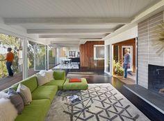 Zimmerdecke betonen durch hohe Glasflächen-bunte Sitzgarnitur gepolstert