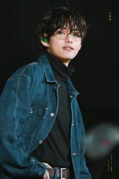 Jeon Jungkook an arrogant boss , a well known CEO , very rich has anything he wants. Taehyung Selca, Jhope Bts, Chiba, Foto Bts, Seokjin, Namjoon, Taehyung Photoshoot, V Bts Wallpaper, Wattpad
