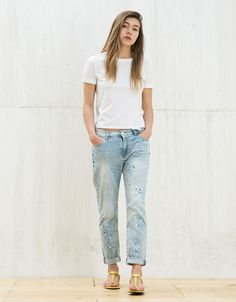 BSK paint-stained girlfriend denim. Discover this and many more items in Bershka with new products every week