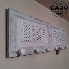 Perchero de pared con persiana reciclada.