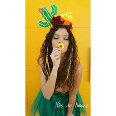 Agora a gente morre de amooooores!!!! Olha essa tiara de cacto que coisa mais MARAVILHOSAAAAA!!!!!! É muito arraaaaaaso, minha gente! E se… Girl Costumes, Halloween Costumes, Superfly, Costume Makeup, Party Hats, Mardi Gras, Dress Up, Cosplay, Event Decor