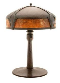 Brunk Auctions - Roycroft Arts and Crafts Hammered-Copper and Mica Table Lamp Arts And Crafts Furniture, Diy Arts And Crafts, Mission Style Decorating, Art Nouveau, Craftsman Style, Craftsman Houses, Vintage Lighting, Copper Lighting, Roycroft