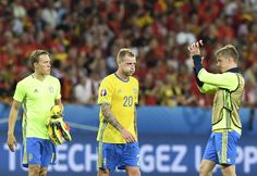 Sweden's midfielder Pontus Wernbloom (R) applauds to acknowledge the spectators beside teammates Sweden's forward John Guidetti (C) and Sweden's defender Ludwig Augustinsson at the end of the Euro 2016 group E football match between Sweden and Belgium at the Allianz Riviera stadium in Nice on June 22, 2016. / AFP / JONATHAN NACKSTRAND