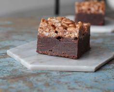 Åhhh! En god kage… En fløjlsblød chokoladekage med en knasende top, det er en ret perfekt kombination. Glæd dig…