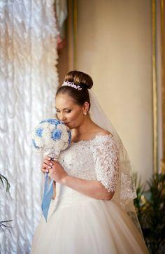 Букет невесты из стабилизированных роз, натурального жемчуга, страз и декоративных элементов. Первая Мастерская Брошь-Букет в Санкт-Петербурге