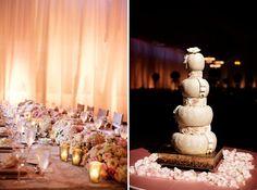 ► Arreglos de mesa rosas y un pastel rosa. #bodas #rosa