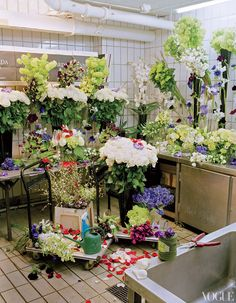 n the Flower Room, a team of five florists overseen by floral designer Djordje Varda is charged with, among other things, selecting and arranging 10,000 blooms for the hotel each week.