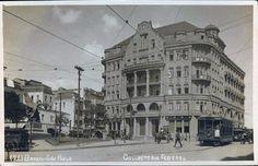 Cartão postal da Collectoria Federal, possivelmente nos anos 20. Em frente ao edifício, a então Praça Guiseppe Verdi e o Monumento a Verdi