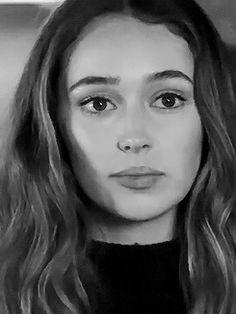 Alycia Debnam-Carey Gifs