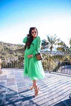 Vibrant Green Pleated Dress In Laguna Cute Maternity Outfits, Pregnancy Outfits, Steve Madden Sunglasses, Trendy Fashion, Beach Fashion, Spring Fashion, Pleated Midi Dress, Pinterest Fashion, All About Fashion