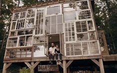 Una fachada con ventanas recicladas