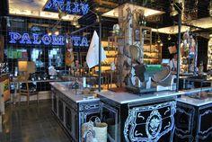 """Este es el llamativo aspecto interior del nuevo """"Palomita"""" de Vejer, una conocida tienda de productos exquisitos de Vejer. Ahora ha reabierto convertida en colmado selecto decorado por el interiorista Gaspar de Sobrino, el mismo de Las Delicias. Seguirá vendiendo exquisiteces pero estas también se podrán degustar en el local. Más fotos espectaculares e información en Cosasdecome. http://www.cosasdecome.es/reportajes/reabre-palomita/#.U7kHnbFqM6A"""