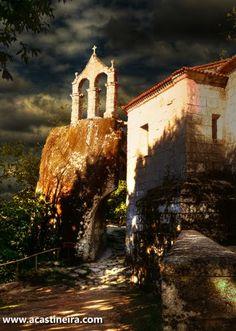 San Pedro de Rocas monasterio cuyo origen está datado en el siglo VI característico por su campanario sobre la roca y la iglesia rupestre excavada en la roca