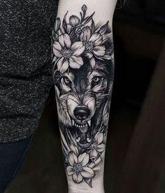 schöne tattoos, wolfkopf und weiße blumen, tätowierung in schwarz und grau