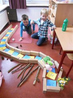 St Trudo > Groep 2/3 Juf Marianne/Juf Cindy This has given me an idea to make a large floor number rainbow snake or caterpillar...like the way the blocks define the shape...