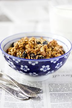 EAT ME BLOG: Гранола с миндалем и изюмом / Almond Raisin Granola