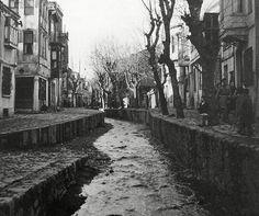 Ortaköy Dereboyu Caddesi Ortaköy Deresi iken.. 1944..  Ulustan başlayan dere Ortaköyü boydan boya geçerek denize dökülürdü.. Çırağan Sarayı yapıldığında bu bölgede nüfus artınca dere duvarlarla islah edilmişti.. Resimde derenin bu halini görüyorsunuz.. 1970 yılında Boğaziçi Köprüsü projesi dahilinde üstü kapatıldı, Dereboyu Caddesi oldu.. Şimdi derenin suyu aynı Beşiktaştaki Ihlamur Deresi gibi yolun altından denize ulaşıyor..