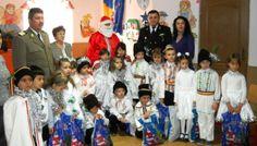 UN MOŞ CRĂCIUN CAZON, LA ELEVII DIN ROMANU • În ziua de 18 decembrie,  militarii  Batalionului Nave Treceri Fluviale  au adus un zâmbet pe chipul copiilor din şcoala gimnazială din localitatea Romanu, judeţul Brăila, oferind daruri cu ocazia sărbătorilor de iarnă.