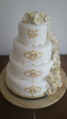 Jubileum bruidstaart gemaakt voor een gouden huwelijk.