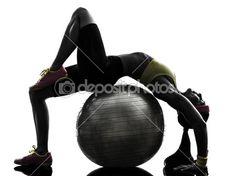 Mujer flexible ejercicio silueta de entrenamiento fitness pelota — Foto de Stock…