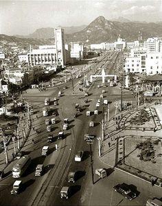 1962년 세종로. 61년에 완공된 시민회관이 보인다.
