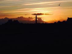 Lighthouse Seine op het piepkleine eilandje Île de Sein, Bretagne Frankrijk, bij zonsondergang
