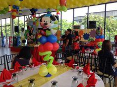 Centros de mesa con globos de látex y metalizado para fiesta temática de Mickey Mouse. #FiestaMickeyMouse