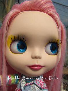 Image from http://4.bp.blogspot.com/_fSTLPZRzVwE/S9MkjyZ3pMI/AAAAAAAAAAk/1bVhL-Rzz9I/s1600/Maddie+Sweet+by+MoleDolls+artist+ooak+custom+blythe+doll8.JPG.