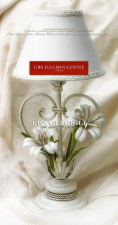 Lampada bedside, lumetto da comodino in ferro battuto con gigli bianchi e finitura smalto bianco anticato.