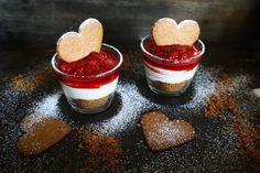 Mousse med glöggmarinerade hallon & pepparkaka | Catarina Königs matblogg Vanilj, Mini Cakes, No Bake Desserts, Mousse, Baked Goods, Panna Cotta, Nom Nom, Cheesecake, Deserts
