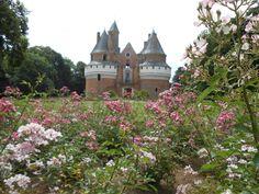 Le château de Rambures au fil du temps  Rambures au fil des saisons  Architecture remarquable et témoin de différentes époques  Des intérieurs meublés  La Roseraie  Un domaine animé