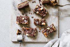 Salted caramel kladdkaka – raw, vegan, paleo Lchf, Paleo Dessert, Vegan Sweets, Raw Vegan, Raw Food Recipes, Caramel, Sweet Tooth, Vitamins, Salt