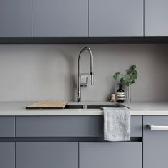 The Metropolitan Collection brings texture to the surface of design - literally. In orde Fresh Concrete Caesarstone, Kitchen Decor, Kitchen Design, New Kitchen Cabinets, Home Kitchens, Galley Kitchens, Cuisines Design, Beautiful Kitchens, Interior Design Living Room