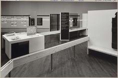 Zaal met diverse objecten, informatiepanelen en een doorgang, Rijksmuseum Afdeling Beeld, ca. 1975