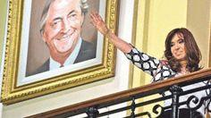 Image copyright                  AFP                  Image caption                     Cristina Fernández de Kirchner colgó los cuadros en la Casa Rosada en 2015 y solía dirigirse a la militancia desde esa galería.   Los cuadros del expresidente argentino Néstor Kirchner (2003-2007) y su par venezolano Hugo Chávez (1999-2013) ya no colgarán en la Casa Rosada, la sede presidencial de Argentina. En un gesto que generó polémica, el gobierno de Mauric